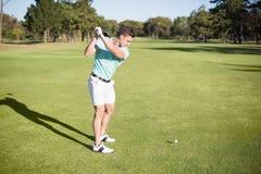 Во всю длину молодого игрока в гольф принимая съемку Стоковое Изображение RF