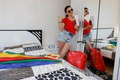 Во всю длину молодой женщины в вскользь положении с чемоданом перемещения, пасспортом удерживания и билетами Стоковое Изображение