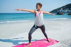 Во всю длину молодой женщины работая на пляже Стоковое Изображение
