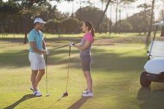 Во всю длину пар игрока гольфа Стоковое Изображение