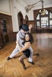 Во всю длину танцоров выполняя танго в ресторане Стоковая Фотография