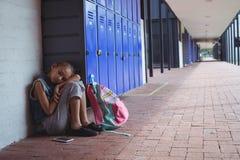 Во всю длину элементарной школьницы отдыхая шкафчиками Стоковое Изображение RF