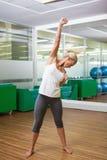 Во всю длину sporty женщины делая тренировку фитнеса силы Стоковое фото RF
