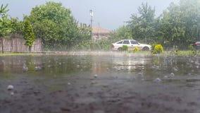 во дворе, где автомобиль, проливной дождь видеоматериал