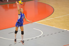Волейболист Kremena Kamenova CSM Бухареста, служа во время спички с ACS Penicilina Iasi Стоковая Фотография RF