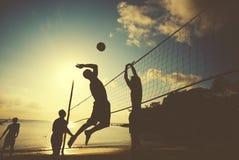 Волейбол пляжа на концепции наслаждения захода солнца Стоковые Изображения RF