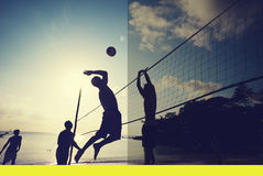 Волейбол пляжа на концепции сыгранности деятельности при захода солнца Стоковые Фотографии RF