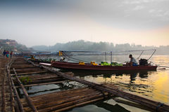 Водители шлюпки ждать для того чтобы обслуживать туристский близко бамбуковый мост стоковое изображение rf