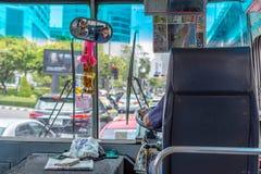Водитель автобуса управляет шиной в Бангкоке Стоковая Фотография