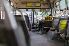 Водитель автобуса управляет шиной в Бангкоке Стоковая Фотография RF