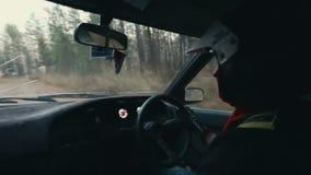 Водитель автомобиля ралли во время гонки сток-видео