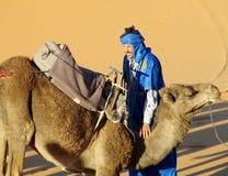 Водитель верблюда и верблюда араба готовый для того чтобы ехать в пустыне Стоковые Изображения RF