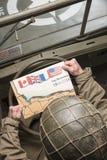 Водитель взгляда военного транспортного средства на карте Нормандии Стоковое фото RF
