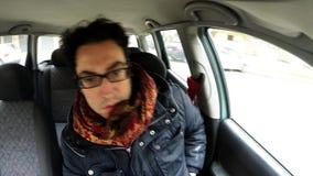 Водитель говоря на сотовом телефоне в автомобиле акции видеоматериалы
