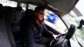 Водитель говоря на сотовом телефоне в автомобиле видеоматериал