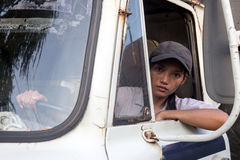 Водитель грузовика женщины в автомобиле Стоковое Изображение