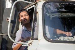 Водитель грузовика женщины смотря вне окно Стоковые Изображения RF