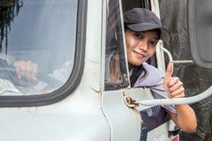 Водитель грузовика показывая большие пальцы руки вверх Стоковые Изображения