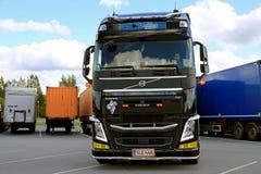 Водитель грузовика Volvo FH разделяет трейлер Стоковая Фотография