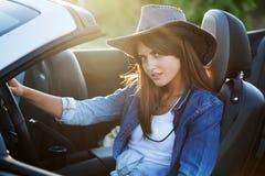 Водитель девушки ковбоя в белом автомобиле с откидным верхом Стоковые Изображения