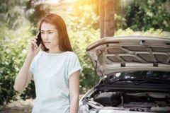Водитель женщины на телефоне для нервного расстройства автомобиля Стоковые Изображения