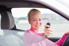 Водитель женщины показывая ключи автомобиля стоковая фотография rf