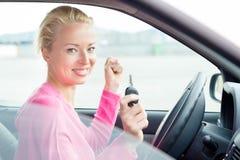 Водитель женщины показывая ключи автомобиля стоковые фотографии rf