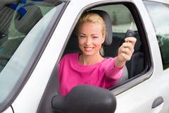 Водитель женщины показывая ключи автомобиля стоковое фото rf