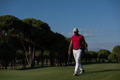 Водитель нося игрока гольфа идя и Стоковые Фото