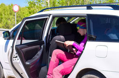 Водитель сидит вниз женщина автостопщика в автомобиле Стоковое Изображение