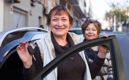 Водитель стоя с ключом автомобиля Стоковое Изображение