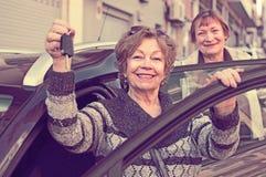 Водитель стоя с ключом автомобиля Стоковое Изображение RF