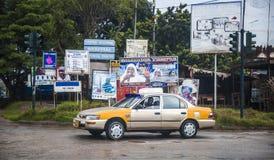 Водитель такси в накидке стоить в Гане Стоковое Фото