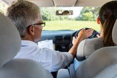 Водитель учащийся с инструктором стоковые фото