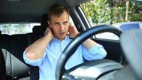 Водитель человека упал уснувший в месте ` s водителя на стороне занятой дороги Ждать в автомобиле сток-видео