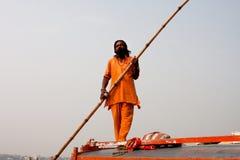 Водитель шлюпки реки стоит с большой ручкой управления рулем напольной Стоковая Фотография RF
