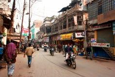 Водитель Motobike идет через индийскую улицу Стоковые Фотографии RF