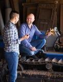 2 водителя работая с трактором Стоковая Фотография RF