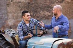 2 водителя работая с трактором Стоковое Изображение RF