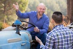 2 водителя работая с трактором Стоковые Фото