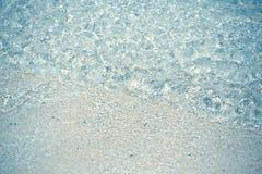 Волна взгляд сверху голубого моря на песчаном пляже Взгляд сверху Стоковое фото RF