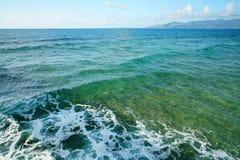 Волна и пена на голубом море Стоковые Фото