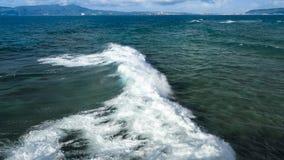 Волна и пена на голубом море Стоковое Изображение
