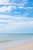 Волна моря и голубое небо стоковое изображение rf