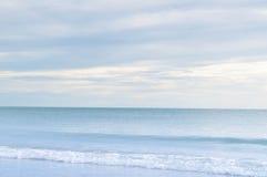 Волна моря и голубое небо стоковые фото