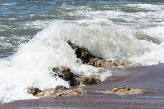 Волна над утесами Стоковая Фотография RF
