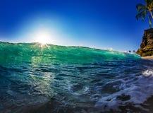 Волна океана зеленая голубая ясная с ярким Солнцем на заходе солнца Стоковое Фото