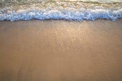 Волна океана на песчаном пляже Стоковое Фото