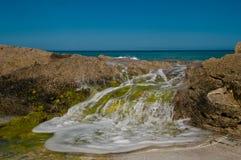 Спешя вода над утесами Стоковые Изображения RF