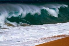 Волна ломая на береге стоковое фото rf